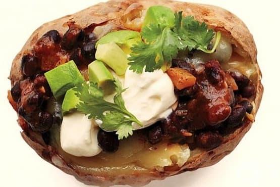 Печени картофи с плънка от черен боб и авокадо - изображение