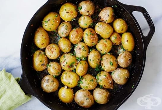 Печени картофи с чесън, масло и пармезан - изображение
