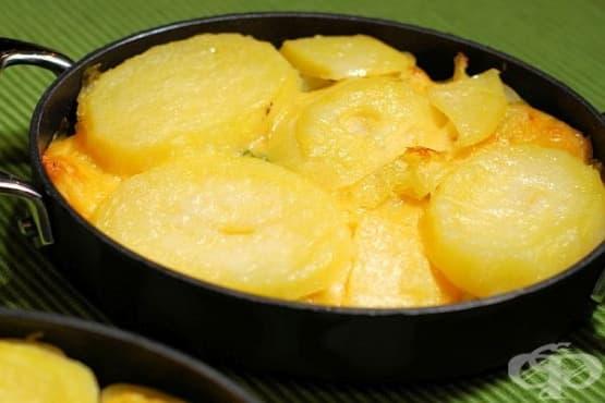 Печени картофи с праз и млечен сос със сирене - изображение