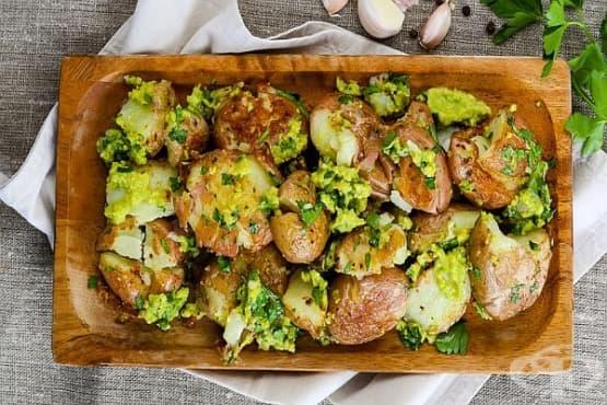 Печени картофи със сос от авокадо и чесън - изображение