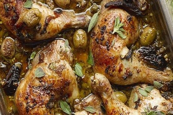 Пилешки бутчета с маслини, сини сливи и меден сос с бяло вино - изображение