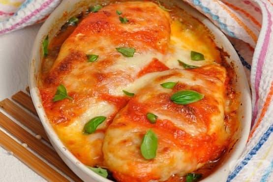 Печени пилешки гърди с патладжани и моцарела в доматен сос - изображение