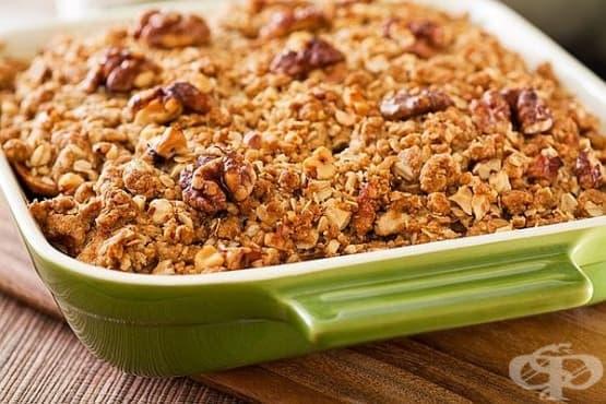 Печени ябълки с грозде, овесени ядки и орехи - изображение