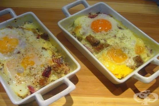 Печени яйца с колбас, сметана и пармезан - изображение