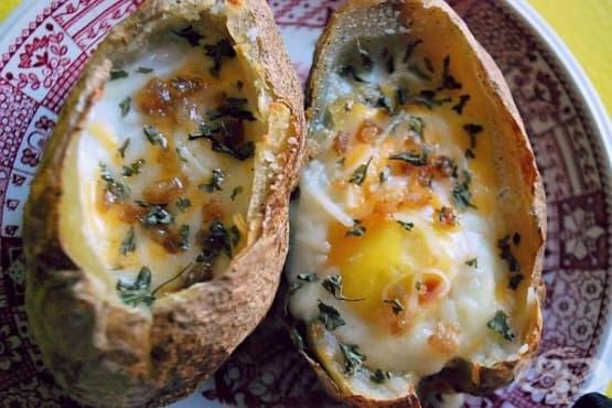Печени яйца в картофени купички - изображение