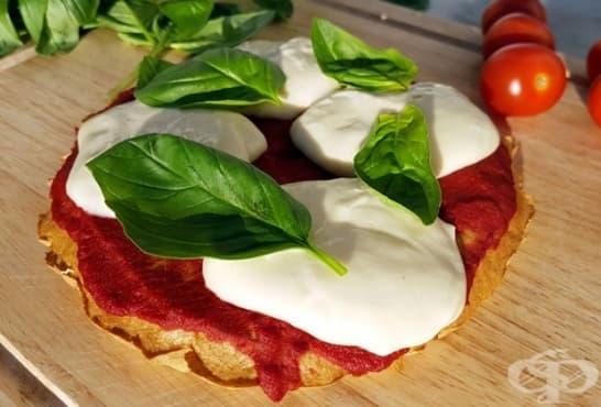 Пица с блат от киноа, домати, моцарела и босилек - изображение