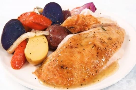 Цяло пиле, печено в кексова форма, със зеленчуци - изображение
