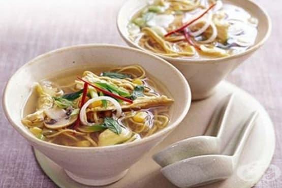 Пилешка нудълс супа с царевица и гъби - изображение