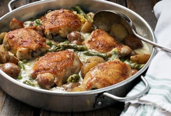 Пиле с аспержи, картофи, гъби и млечен сос - изображение