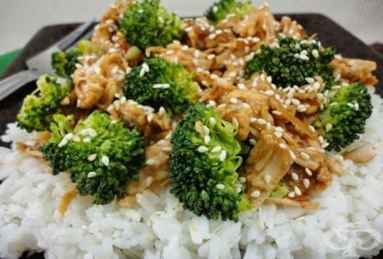 Медено пиле със сусам, броколи и ориз - изображение