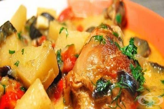 Задушено пилешко със зеленчуци и чеснов сметанов сос - изображение