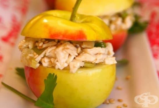 Пилешка салата с балсамов дресинг и ябълки - изображение
