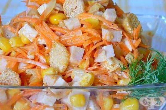 Пилешка салата с царевица и крутони - изображение