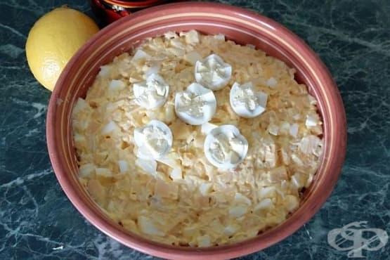 Пилешка салата със сварени яйца и царевица - изображение