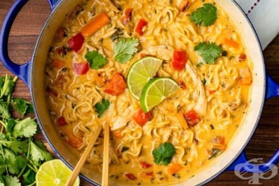 Пилешка супа с нудълс, къри и зеленчуци - изображение