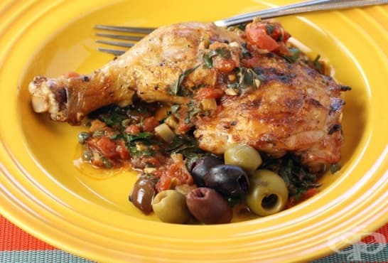 Пилешки бутчета със зеленчуков сос и маслини - изображение