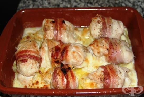 Пилешки руладини в бекон с гъби, топено сирене и кисели краставички - изображение