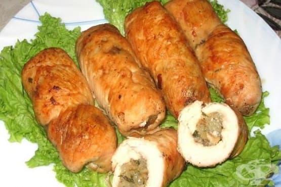 Пилешки рулца с ориз, бели гъби и лук  - изображение
