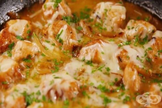Пилешко с карамелизиран лук и сирене Грюер - изображение