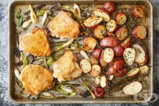Пилешки бутчета с червени картофи и зелен лук - изображение