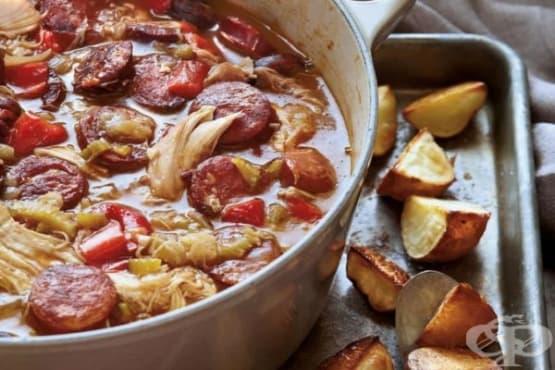 Пилешко с наденички и печени картофи - изображение