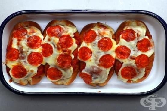 Пица бургер във формата на хотдог  - изображение