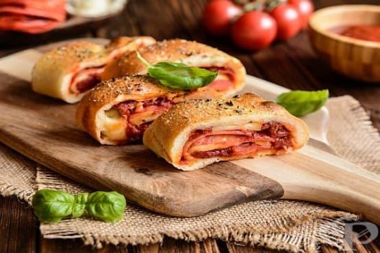Пица-руло с колбаси, сирена и домати - изображение