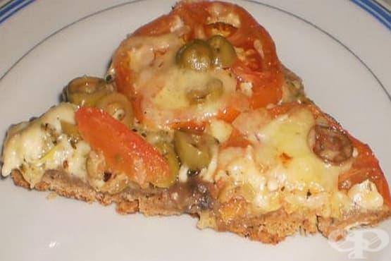 Пица от три вида брашно с гъби, маслини и чеснов кашкавален сос - изображение