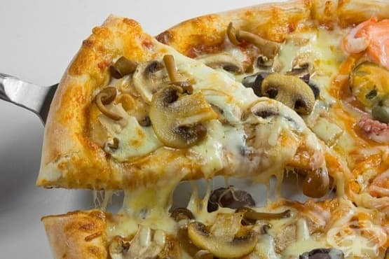 Пица с три вида гъби, кашкавал и лук - изображение
