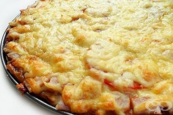 Пица от тесто с извара и плънка от шунка и кашкавал - изображение