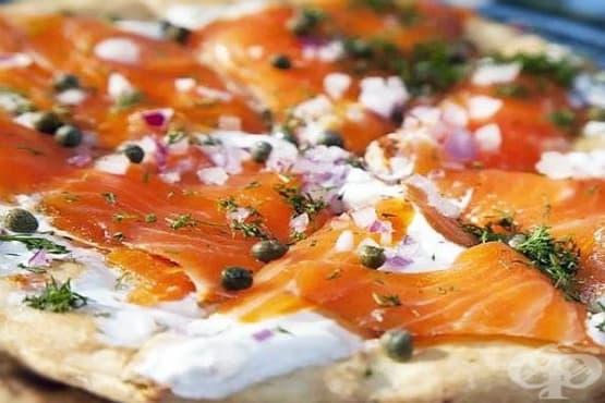 Пица с пушена сьомга, сметана и копър - изображение