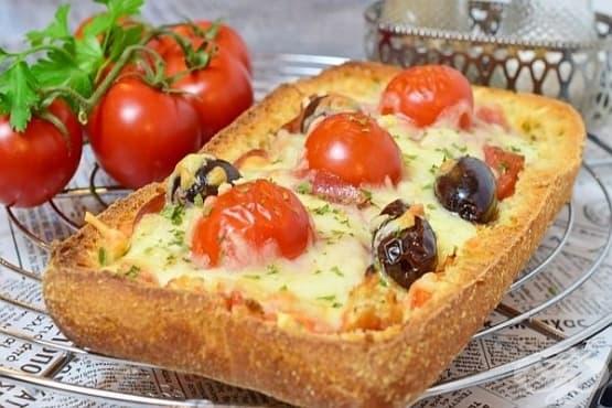 Пица от хляб с колбас, моцарела и маслини - изображение