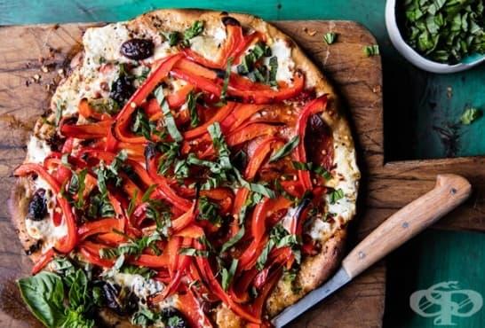 Хрупкава пица с крема сирене, чушки и маслини - изображение