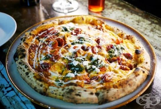 Пица с песто от броколи, чедър и зеленчуци - изображение