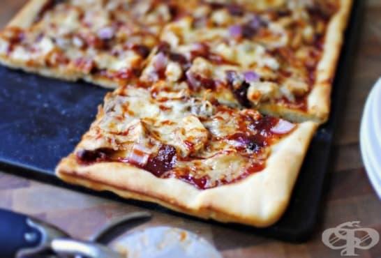 Пица с пилешко месо, червен лук и барбекю сос - изображение
