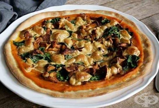 Пица с тиквен сос, спанак, гъби и кашу - изображение