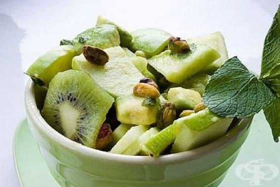Плодова салата от киви, авокадо и ябълки с мента и ядки - изображение