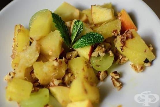 Плодова салата с карамелизирани орехи и ментови листенца - изображение