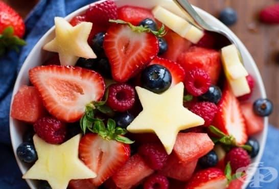 Плодова салата с ягоди, горски плодове и ананас - изображение