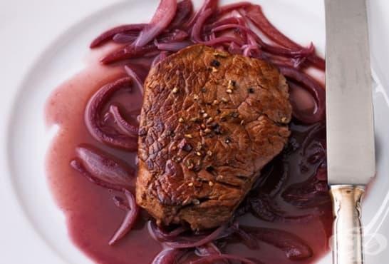 Подлучен телешки стек в ароматно масло и вино - изображение