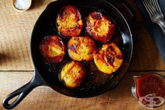 Печени праскови с розмарин и карамелен сос - изображение
