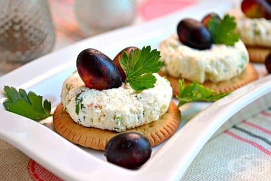 Предястие от солени крекери със сирене и грозде - изображение