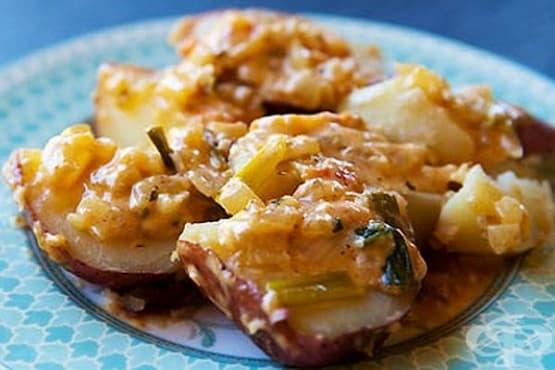 Сварени пресни картофи със сметанов сос с моцарела, домати и лук - изображение