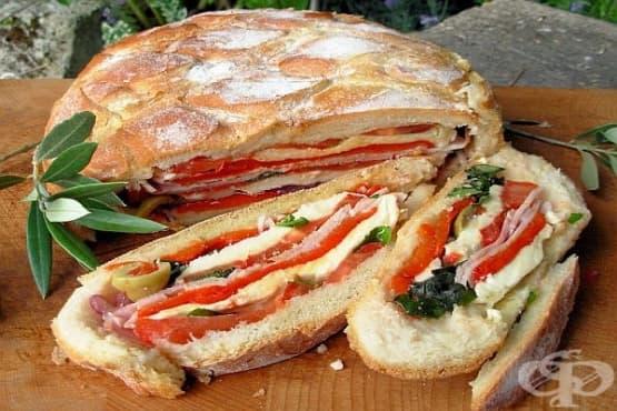 Хляб-сандвич с плънка от шунка, моцарела, домати и маслини - изображение