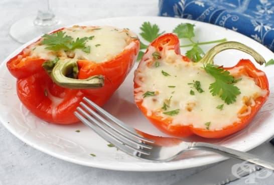Пълнени чушки с хумус, зеленчуци и кашкавал - изображение