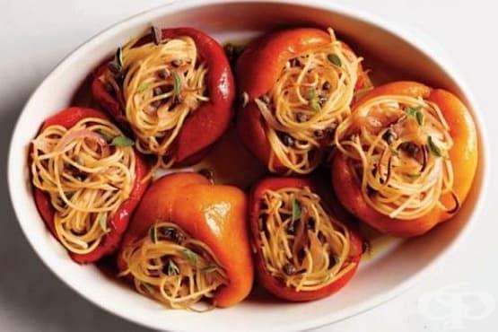 Пълнени чушки със спагети, шунка и грах - изображение