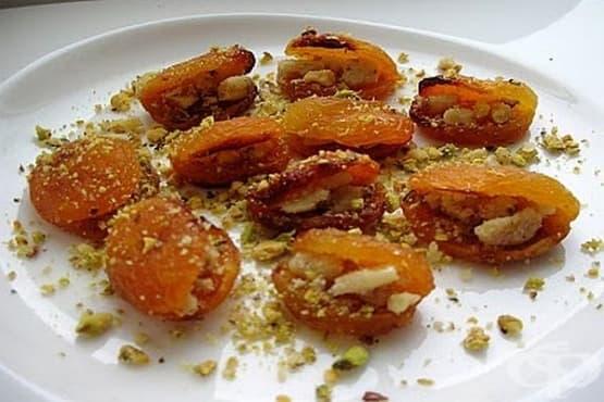 Пълнени сушени кайсии с орехи - изображение