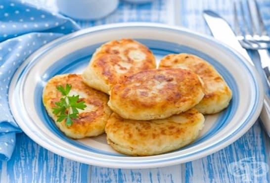 Пълнени мекици с кашкавал, яйце и сирене - изображение