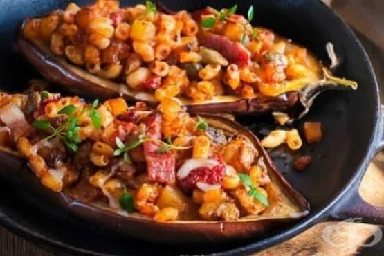 Пълнени патладжани с макарони, бекон, пармезан и домати - изображение