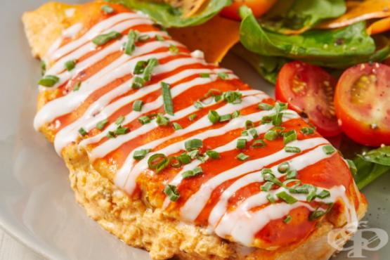 Пълнени пилешки гърди със сирена и сос Бъфало - изображение